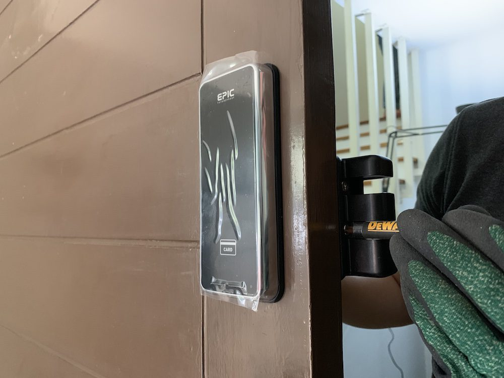 Digital door lock สำหรับประตูบานเลื่อนที่เป็นบานไม้ขนาดใหญ่