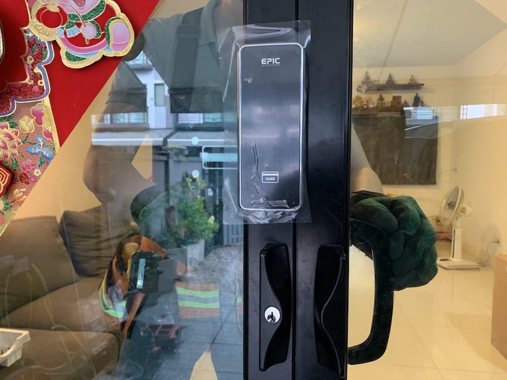 Digital door lock สำหรับประตูบานเลื่อนแบบบานคู่ ปิดชนตรงกลาง กรอบอลูมิเนียม